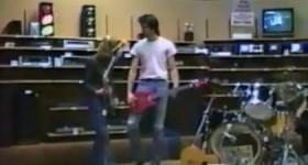 В сети появилось редкое видео выступления Nirvana в магазине электроники в 1988 году