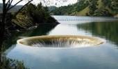 Не подходите близко! В озере США образовалась огромная воронка