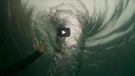 Дайвер нырнул в океанский водоворот и снял все происходящее на камеру
